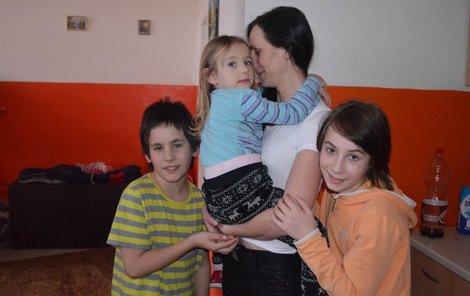 Veronika utekla do azylového domku Rybka i se svými dětmi, které ji velmi milují.