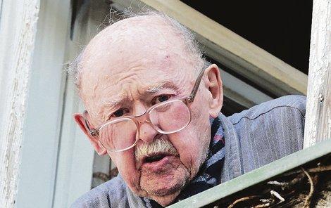 Když ho deník Aha! nedávno navštívil, nemohl ani sejít ze schodů, rozhovor dělal jen z okna.