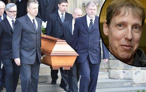 Pohřeb Stanislava Grosse (†45), kamarádi vynášejí rakev s ostatky expreiméra.