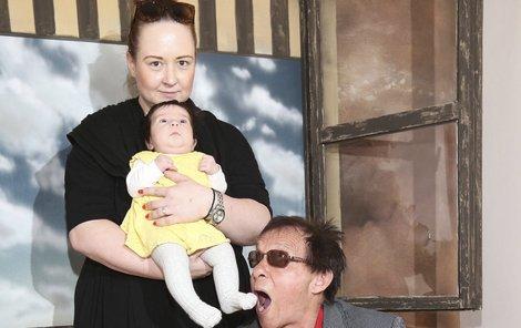 Pavlína s Janem a Josefínou před fotografovým pověstným oknem.