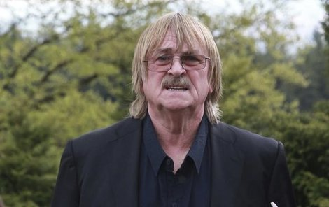 Muzikant Karel Vágner hned pospíchal na další pohřeb.