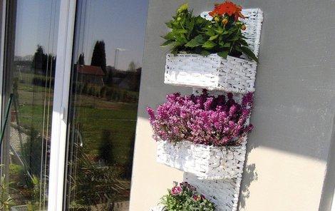 Vylepšete si balkon či terasu závěsným truhlíkem.
