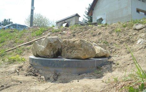 2 metry je hluboký septik, do kterého holčička spadla. Včera byl zatížený velkými kameny.