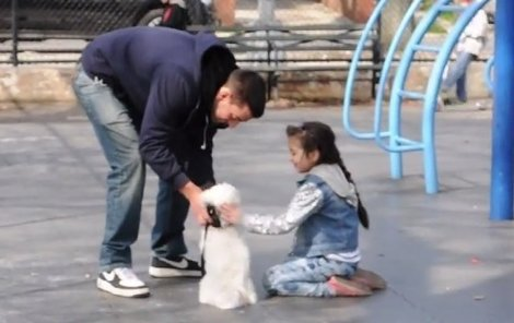 """""""Chceš vidět další štěňátka? Doma jich mám víc,"""" lákal Joey děcka."""