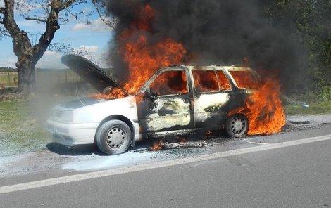 Auto oheň zcela zničil.