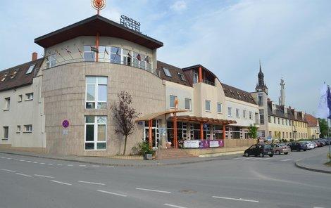 Před hotelem v Hustopečích napadl opilý ženich nevěstu.
