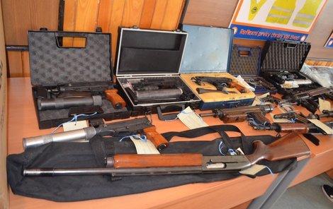 Těmito zbraněmi byli lupiči vyzbrojeni.