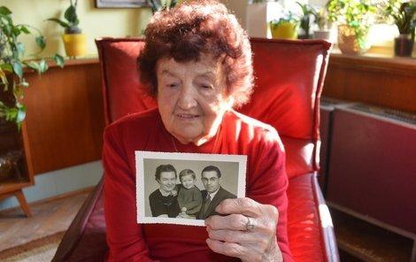 Libuše Pleskačová ukazuje fotografii, kterou jí poslal František Pick.