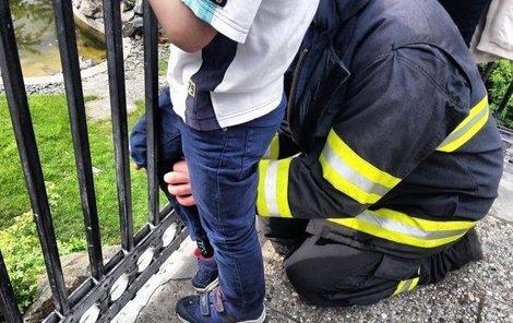 Nohu museli hasiči vyprostit za pomoci hydrauliky.