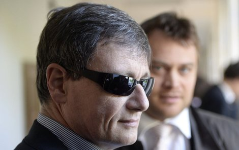 Rath se u soudu maskoval černými brýlemi.