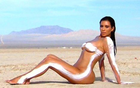Kim se prsila a zatahovala břicho, obří hýždě se však vyjímaly i při sezení.