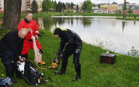 Tělo bezdomovce Petra Jeden se utopil! museli z rybníku vytáhnout policejní potápěči.