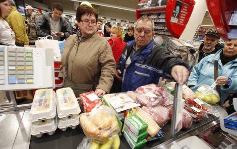 Hodně Čechů nakupuje akční zboží. Tohle by mohlo po novele zákona skončit!