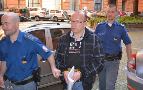 Roberta Lichtenberka přivádějí k soudu.