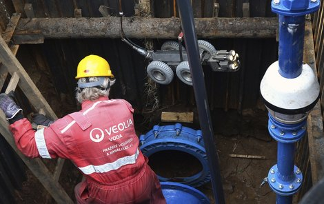 Vodohospodáři včera ráno začali s kamerovým průzkumem potrubí v Dejvicích.