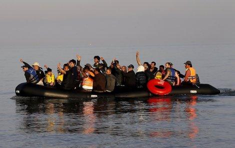Uprchlíci putují do Evropy po moři.