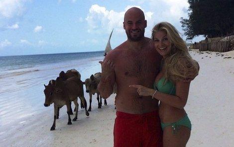 Někdo se tlačí na pláži s turisty, Radek a Hanka s dobytkem...