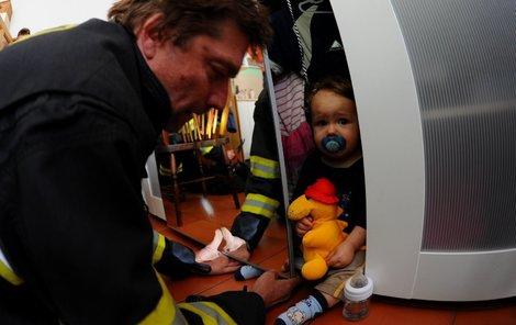 Klučina ze skříně trpělivě sledoval, jak si hasiči s jeho těžkou situací poradí.