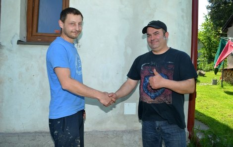Tomáš Vrabec (vlevo) poskytl rodině souseda Zdeňka bydlení ve svém domě.