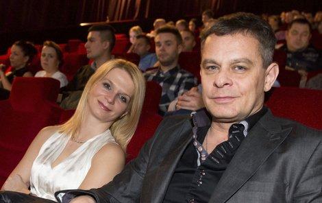 Filip Renč je se svou přítelkyní Markétou šťastný, ale ženit se nechce.