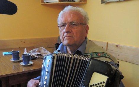 Do třetice úmrtí behem natáčení Modravy. Zeřela bohužel i šumavská legenda – harmonikář Eda Hones (†77).