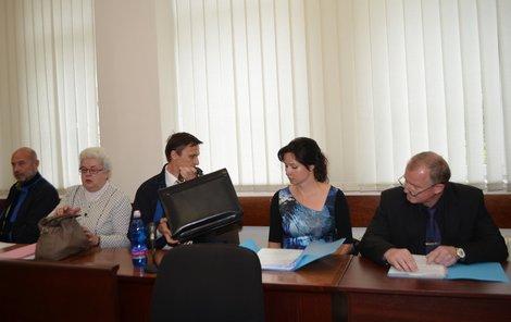 Jana Sokolová, (mezi nimi advokát), Marcela Rosenkrancová a Josef Mansfeld (zleva) netrestali přestupky za neplacení parkovného.