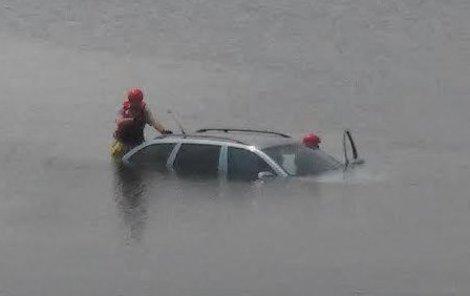 Auto v jezeře