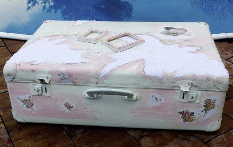 Nakonec kufr natřeme růžovou barvou a jemným smirkovým papírem uděláme patinu. Poté ještě celé zalakujeme.
