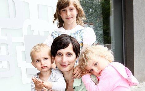 Zdeňka s dcerkami Janou a Zuzkou a synem Jiříkem.