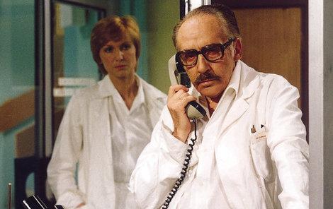 Dr. Štrosmajer Miloš Kopecký a doktorka Čeňková alias Eliška Balzerová v seriálu Nemocnice na kraji města.
