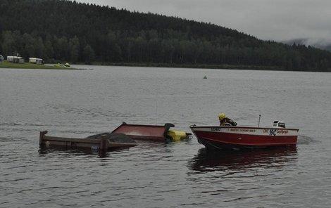 Řidiče vysvobodili hasiči na člunu