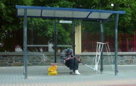 Bezdomovec s nohou v gipsu strávil noc a den na zastávce, kde ho vysadila sanitka.