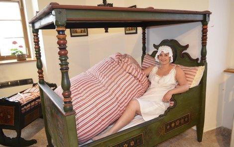 Chodská postel:  Před 200 lety se na Chodsku spalo v dřevěné posteli, na slamníku a s duchnami. Obvykle v polosedě, ležící člověk byl považován za mrtvého.