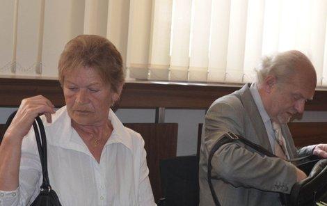 Vdova Helena L. se svým advokátem.