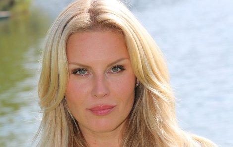 Modelka Simona Krainová (42) v létě nechává pleť co nejpřirozenější.