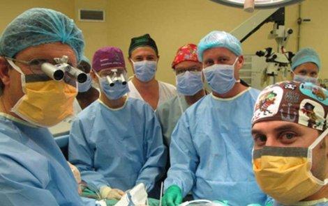 Tým lékařů po transplantaci.