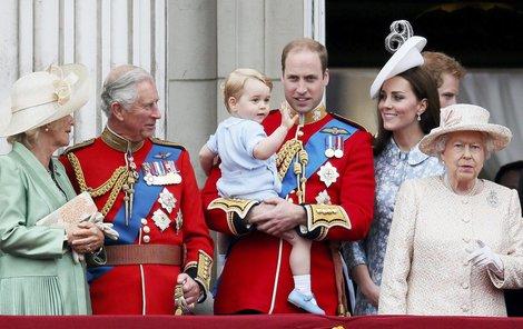 Královská rodina na balkóně Buckinghamského paláce.