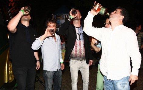 Pánové do sebe lili irskou whiskey přímo z flašek.