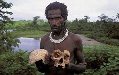 Členové kmene Fore z úcty jedí ostatky svých příbuzných.