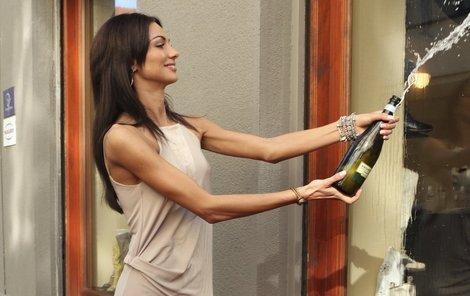 Výlohu umyla Eliška šampaňským.