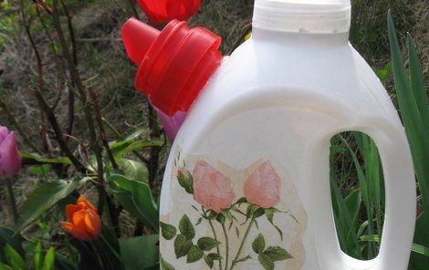 Hotová konvička z plastové lahve.