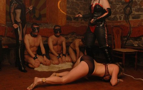 Sado-maso je v módě. Show v olomouckém Torture restaurantu předvedla Lady Sáva se svým týmem.