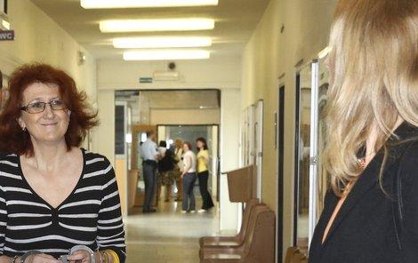 Obžalovaná ze 6 vražd Věra M. se na bývalou kolegyni Ivu U. usmívala.
