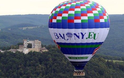 Vzdušný obr se vznášel i nad romantickým hradem Buchlov na Slovácku.