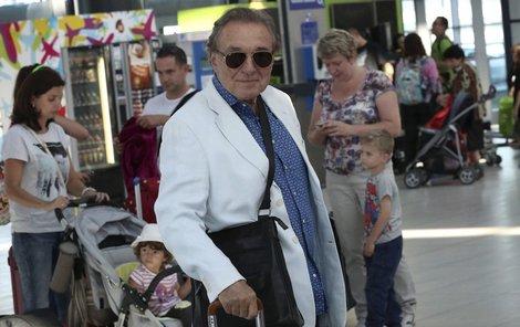Zpěvák odletěl na Krétu sám. Tam ho však už čeká celá rodina.