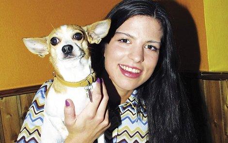 Veronika Rážová s domácím mazlíčkem