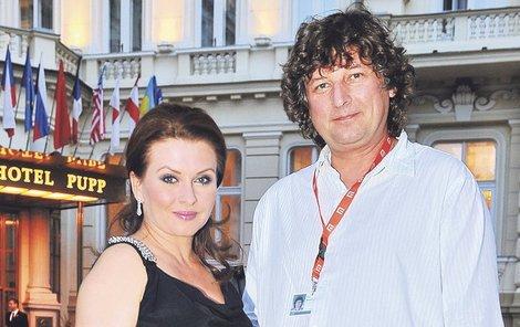Dana do Karlových Varů jezdí s manželem Petrem Maláskem.