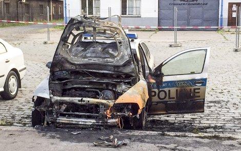Ohořelý vrak policejního vozu.
