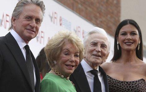 Jedna z posledních společných fotografií: zleva Michael, Diana, Kirk a Michaelova žena Catherine Zeta-Jones (44).