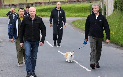 Pes Velšský corgi a s ním Roman Abramovič (48), David Davidovič (52), Alexej Poležajev (37), Eugene Švidler (52), Alexander Jaroslavskij (55)